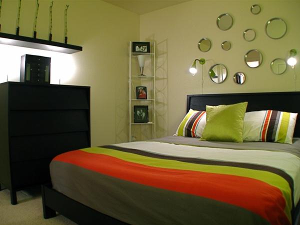 lit-chambre-a-coucher-vert-petite-coussins-couverture