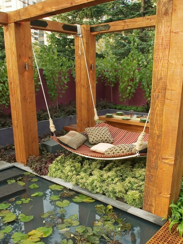 ... le salon de jardin, adorable berceau auprès d`un tout petit lac frais