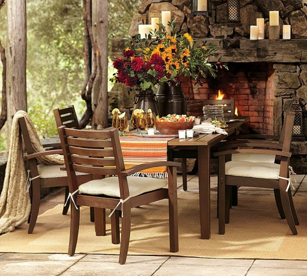 Grande Table De Jardin Ovale :  bougie et le feu font une atmosphère perfait dans le salon de jardin