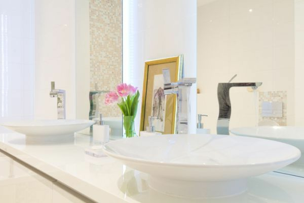 zen-salle-de-bain-lavabo-claire-blanc-propre-fleur