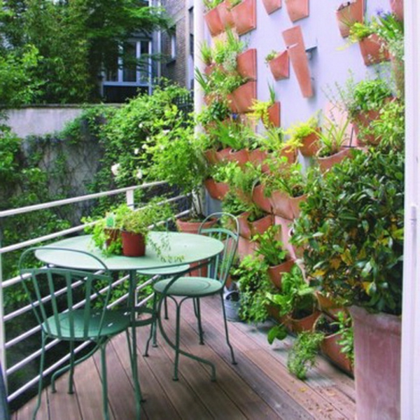 amenagement--petite-pot-vert-chaise-de-fer-forgebalcon