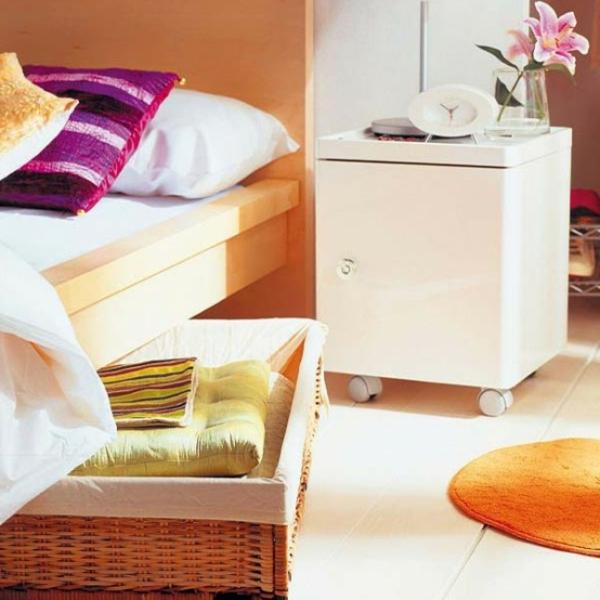 boîtes-de-rotin-sous-le-lit-coussins-orange-et-violet-blanche-décoration