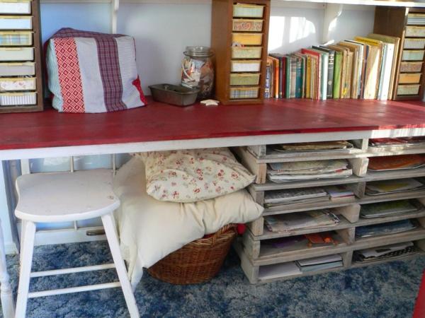 bureau-chambre-d'enfant-en-rouge-et-bois-naturel