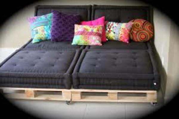 canapee-en-palette-noir-coussin-coloré