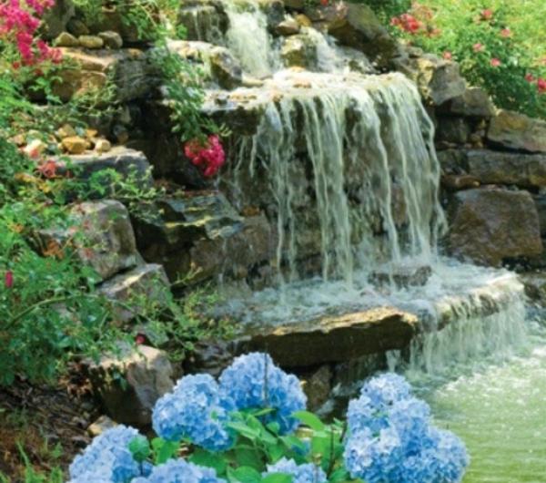 cascade-tombante-grand-et-jolie-au-pierre