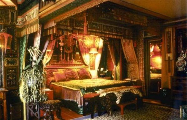 chambre-à-coucher-adulte-style-gotique-ciel-de-lit-coussins