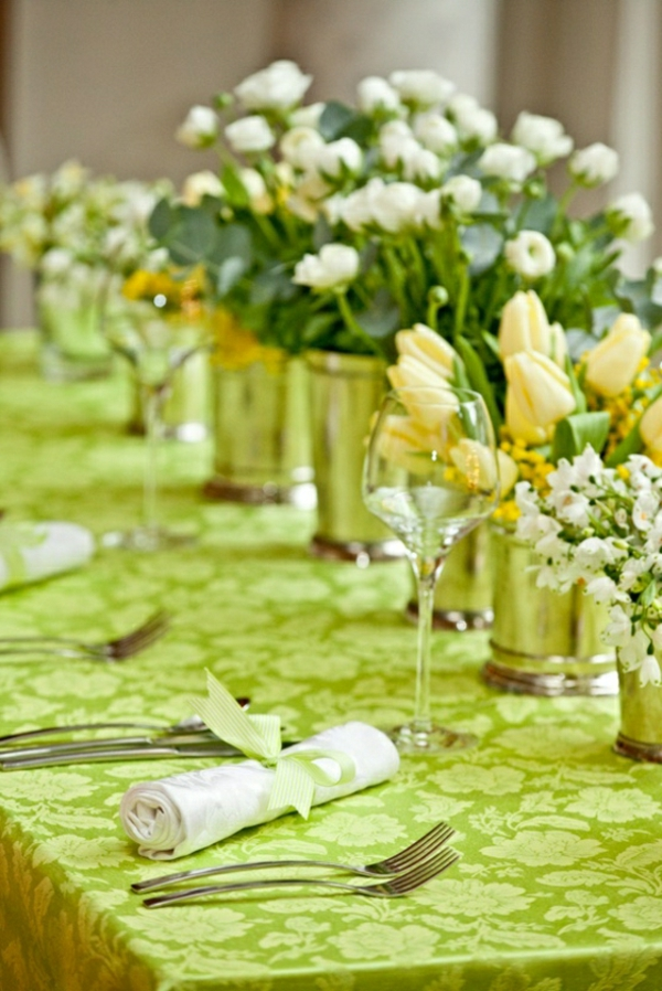 compositions-florales-deroer-une-table-verte-