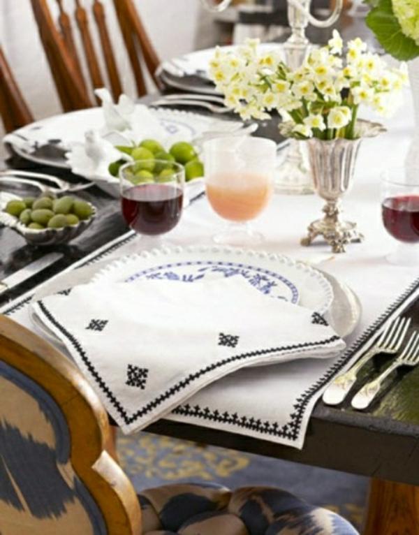 décorer-une-table-deco-fleurs-serviettes