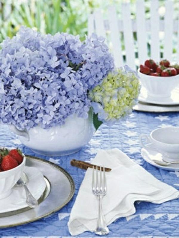 décorer-une-table-vase-fleurs-violettes