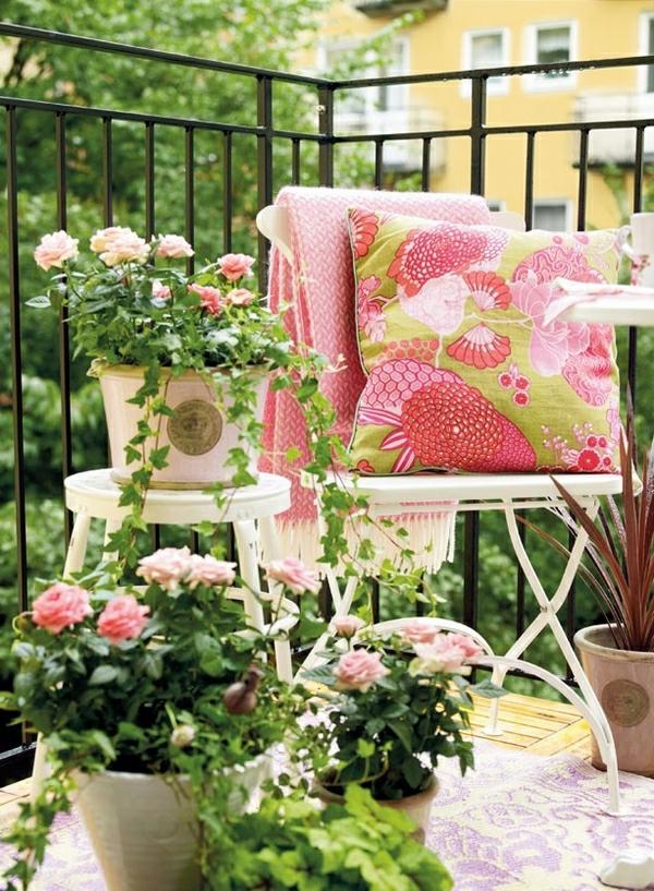 decoration-sympa-amenagement-balcon-coussins-balcon-fleures