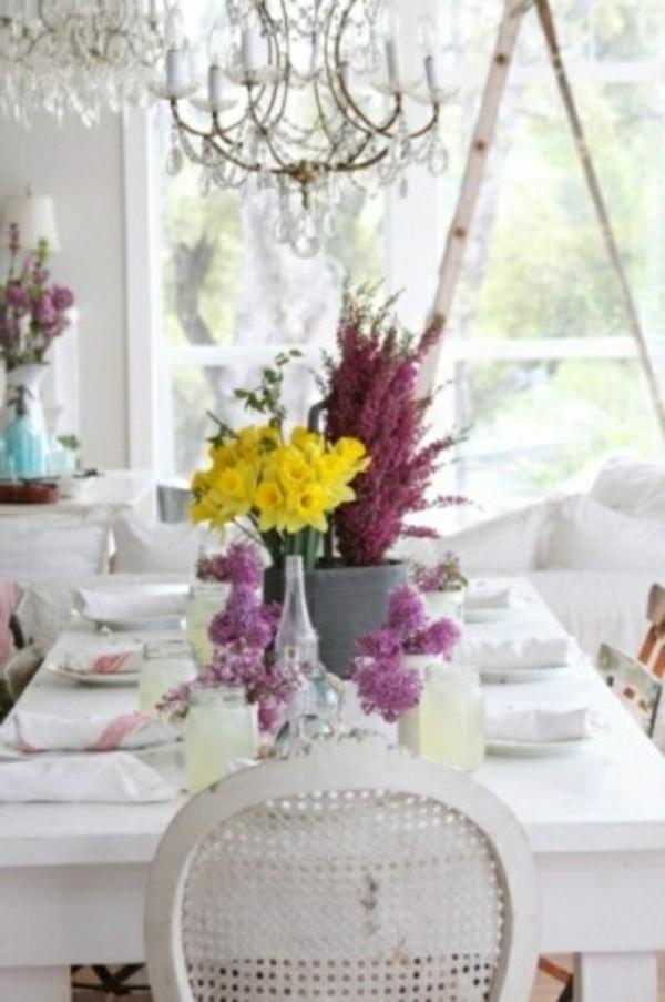 decorer-une-table-blanche-fleurs-violettes-
