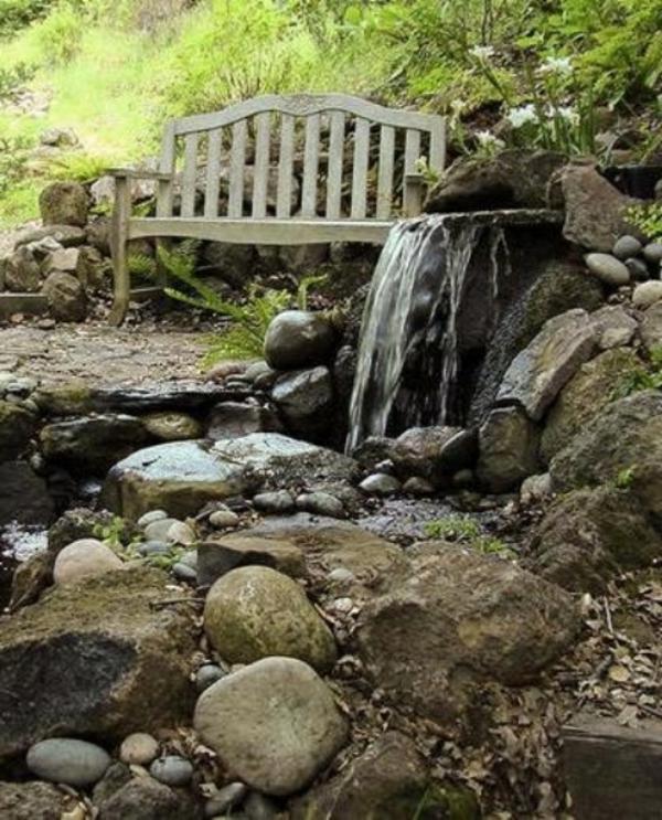 fontaine-cascade-aves-un-banc-vintage-style