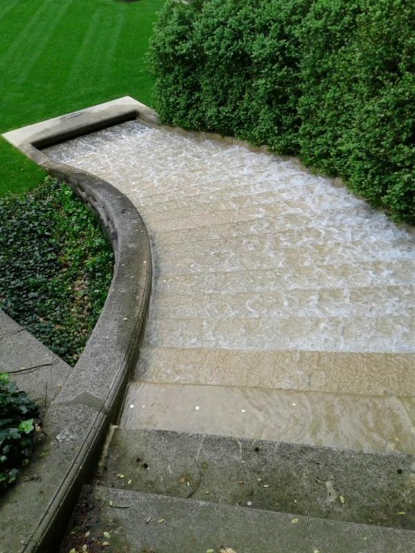 fontaine-de-jardin-escalier-unique