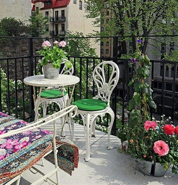 idee-design-amenagement-balcon-chaise-blanc-extérieur