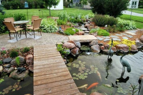 jolie-étang-de-jardin-poissons-pont