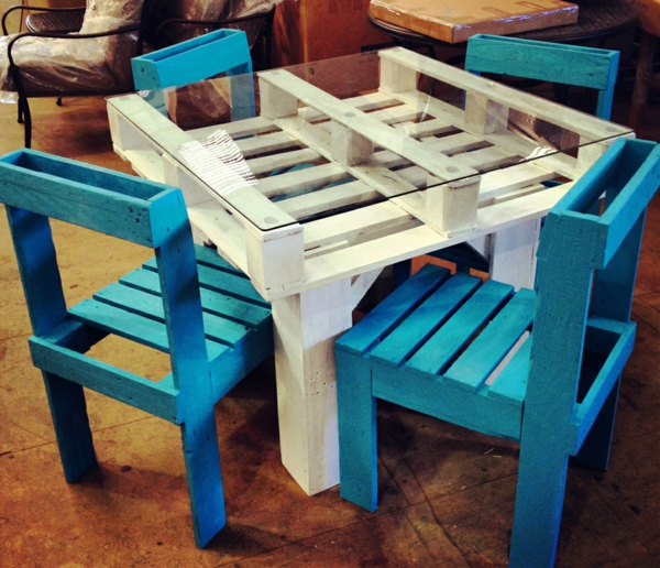 meuble-en-palette-chaise-en-blanc-et-bleu
