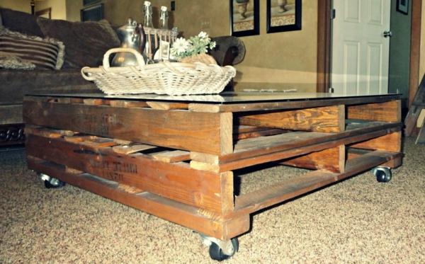 un meuble en palette beaucoup des possibilit es. Black Bedroom Furniture Sets. Home Design Ideas