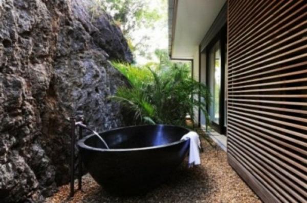 noir-baignoire-original-design-salle-de-bain-extérieure