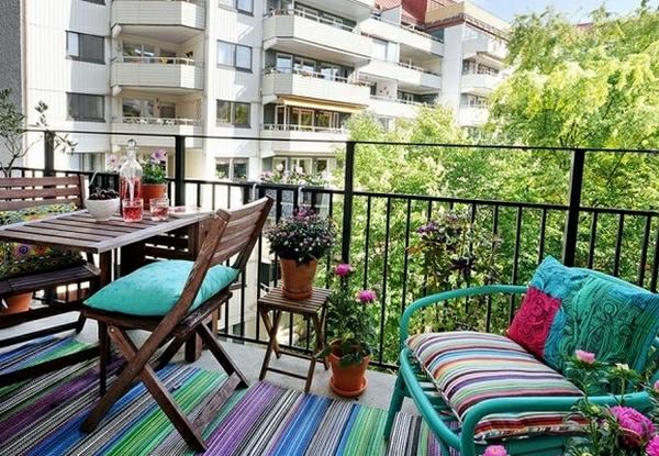 petite-balcon-design-coloré-bleu-pot-fleurs
