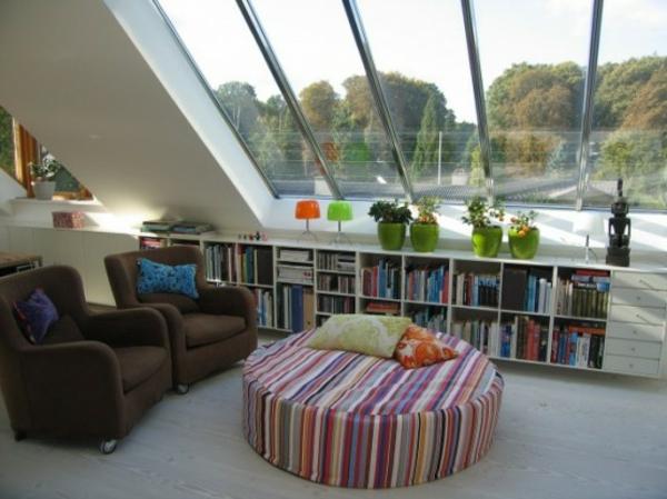 plafond-mansardé-fauteuil-fotoristique-étagére