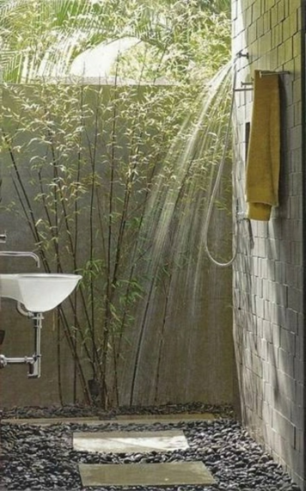 simple-et-petit-douche-extérieure