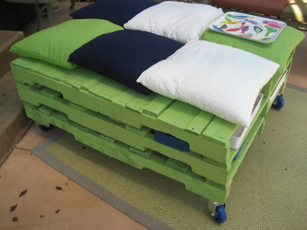 tabouret-meuble-en-palette-vert-coussins
