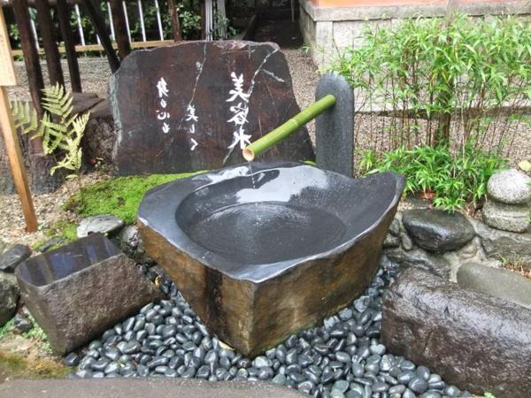 yasaka_fontain-de-jardin-jardiland- à-kyoto-bambou-et-pierre