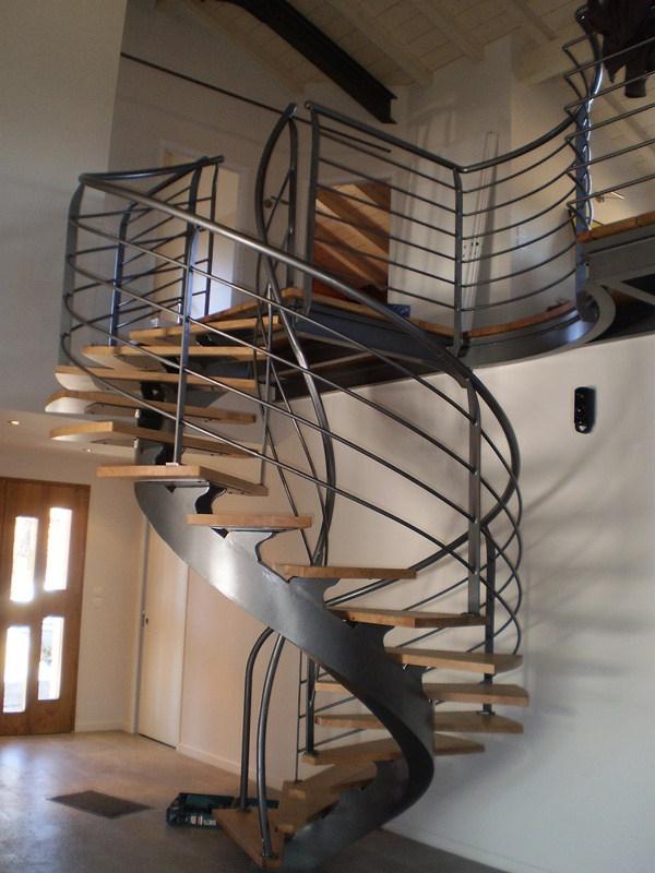 escalier-helicoidal-métalique-et-bois