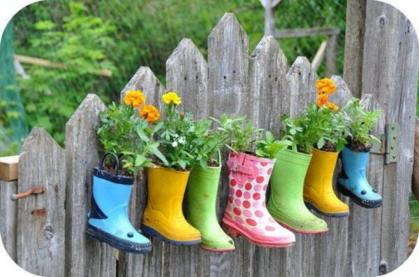 pot-de-fleur-design-bottes-de-caoutchouc