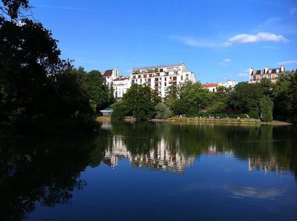 architecture-haussmmannienne-parc-Montsouris-lake-Paris