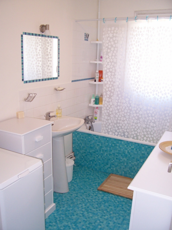 Awesome salle de bain turquoise et blanche ideas for Salle de bain bleu turquoise