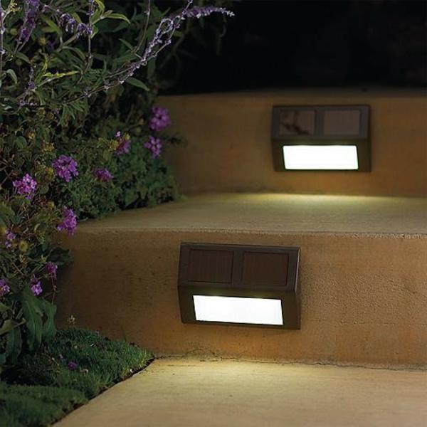 Des lampes solaires- jardin moderne - Archzine.fr