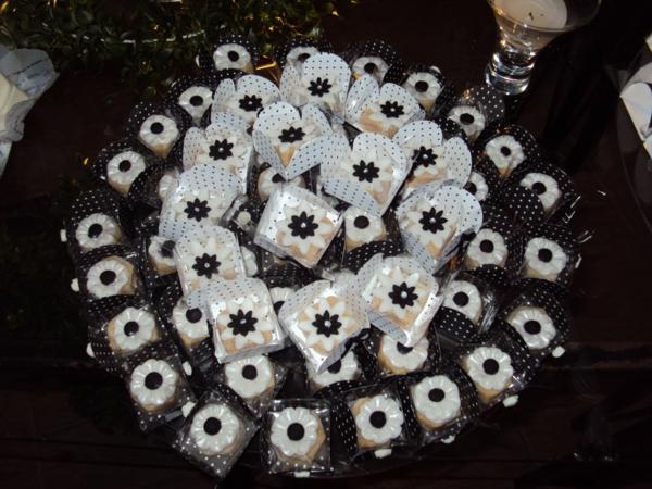 deco-de-table-noir-et-blanc-gâteaux