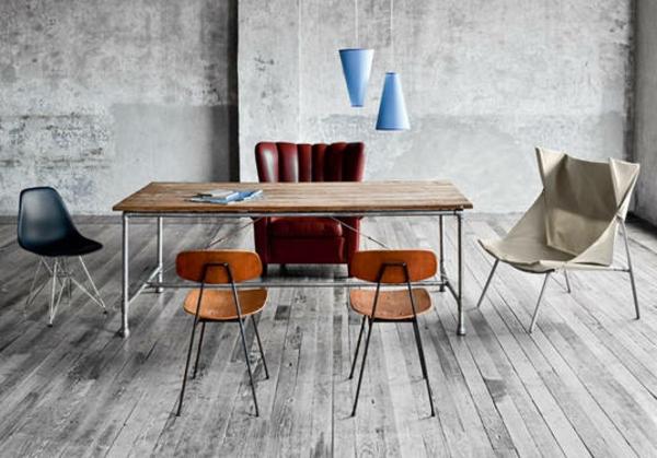 meuble-vintage-une-table-avec-des-chaises-diffrérentes