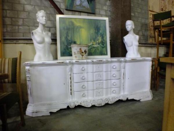 meuble-vintage-blanc-et-deux-statues