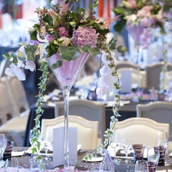 Une décoration de table de mariage avec des chaises habillées pour l ...