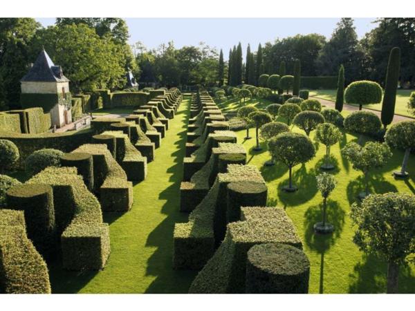 Les-Jardins-du-Manoir-d-Eyrignac-roseraies-salignac-eyvigues-E_Sander_fs-resized