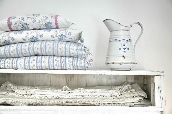 meuble-vintage-coussins-en-fleurs
