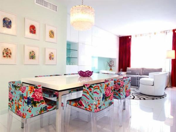 vintage-meuble-une-petite-cantine-et-des-chaises-bariolées