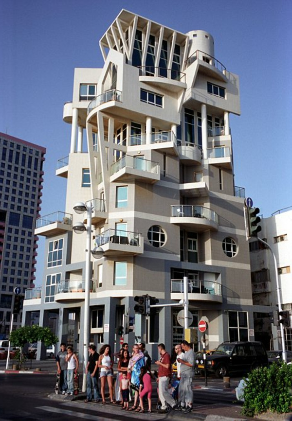 Photograph By Mark Pearson 22 09 2004 Tel Aviv the commercial capital of Israel on the Mediterranean sea houses over 1m people The modern city has many different styles of architecture including The Bauhaus School of Art and Design influences from the 1930 s to modern skyscrapers