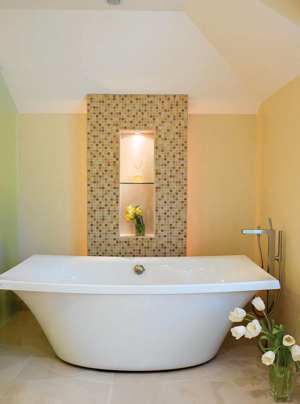 carrelage-mural-pour-la-salle-de-bain-carrelage-mosaîque-et-des-lampes-encastrées