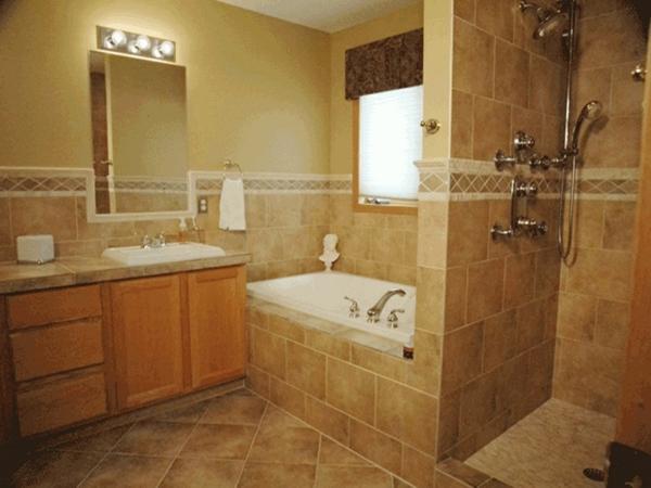 carrelage-mural-pour-la-salle-de-bain-un-commode-orange-et-murs-beiges