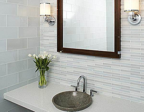 carrelage-mural-pour-la-salle-de-bain-et-un-petit-lavabo-en-marbre