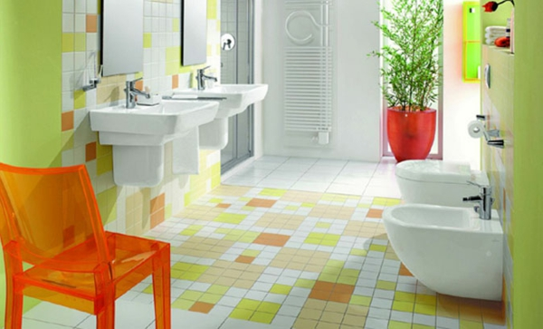 carrelage-mural-pour-la-salle-de-bain-murs-verts-et-une-chaise-orange