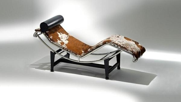 chaiseèlongue-de-cuire-avec-un-coussin-noir