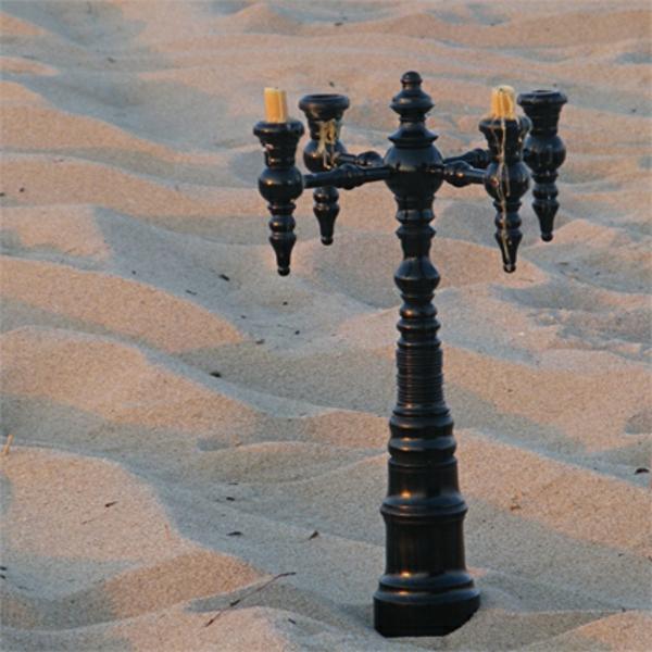chandelier-en-bois-vieux-style-sur-le-sable