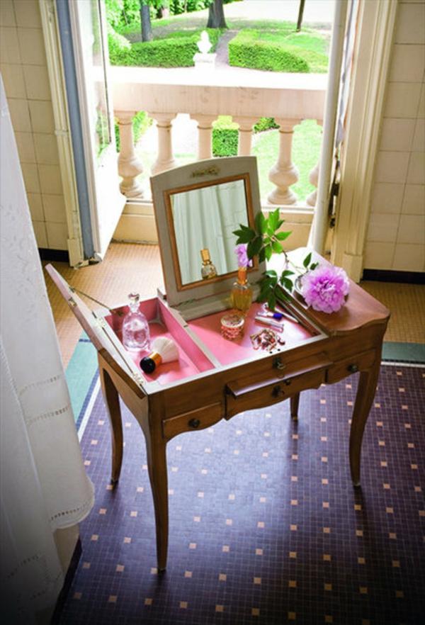 coiffeuse-marie-antoinette-en-merisier-tente-a-reproduire-un-meuble-authentique-charge-d'une-ame-historique-interieur-rose-pastel-resized