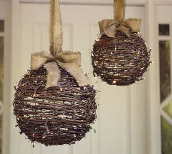 decoration-de-porte-de-noel - boules-en-branches-resized