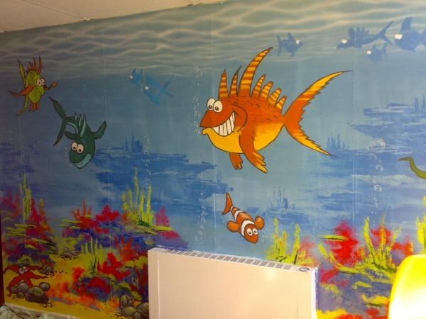 idée-déco-de-couloir-aquarium-en-teintes-gaies-poissons-ridicules
