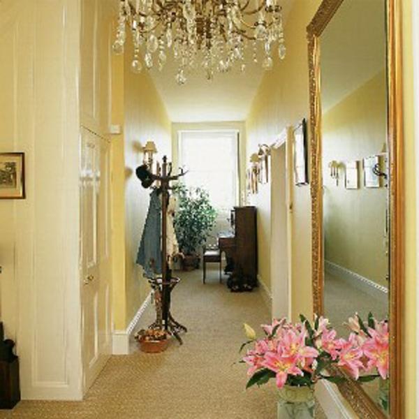 idée-déco-de-couloir-beige-plafonnier-en-crystal-porte-manteaux-et grand-miroir